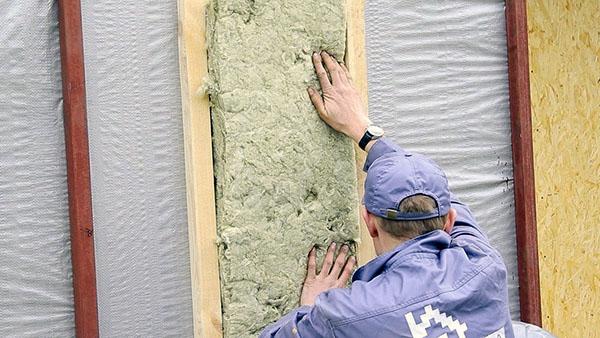 Каркас заполняйте минеральной ватой разной толщины минимум в 2 слоя